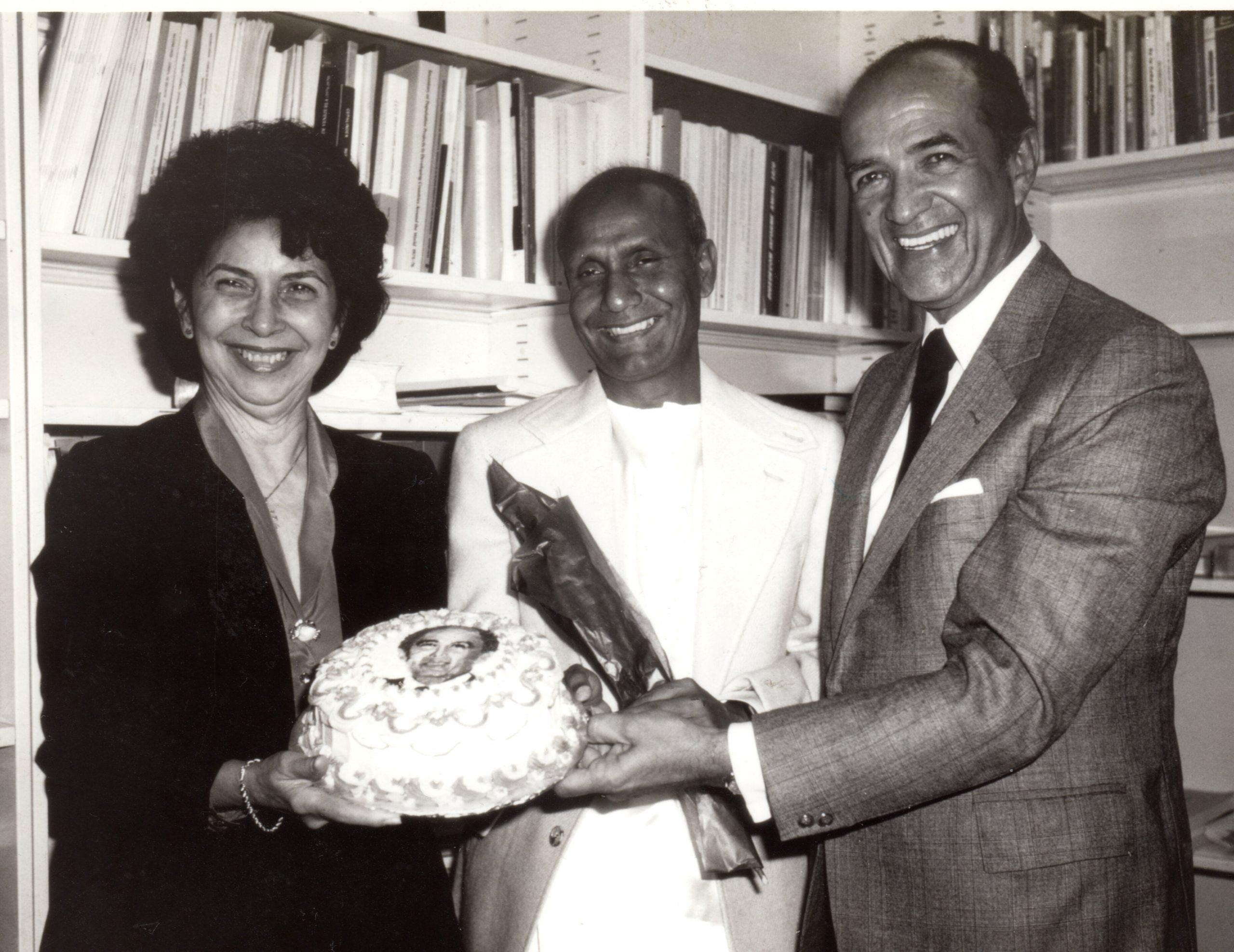 https://www.srichinmoypeacemeditationatun.org/wp-content/uploads/1981/09/1981-09sep-17-Foreign-Minister-Illueca-Panama-BD-cake-with-Mrs-crp-scaled.jpg