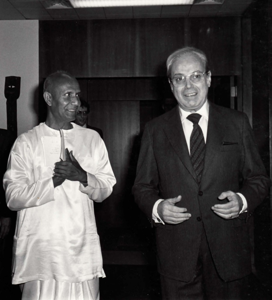 Secretary-General de Cuellar with Sri Chinmoy at UN 1983 Jan 13